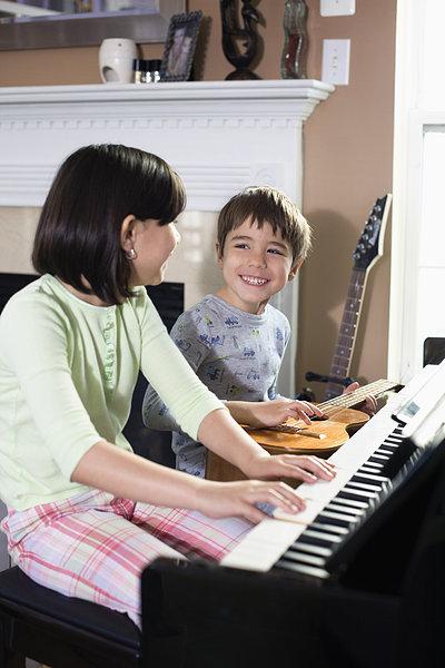 钢琴,吉他 英文标题:children playing piano and guitar 描述:孩