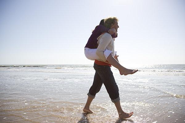 一个陌生男人,伫立海边海边孤独的背影_日常生活图片-男生海边孤独图片