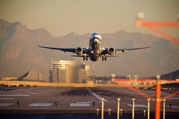 飞机起飞在日落