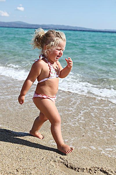 享 标题: 小孩穿着泳装在海滩 标签: 幼儿,穿,比基尼,海滩 描述: 小孩