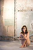 肖像,年轻,裸露,坐,女人,仓库