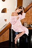 粉色,浴袍,坐,浴室,靠近,浴缸