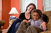 母亲,混血,儿子,坐,沙发,客厅