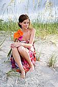 年轻,女人,肖像,彩色,太阳裙,坐,海滩,拿着,花