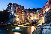 村的悬崖,在黄昏,五渔村国家公园,联合国教科文组织世界遗产,利古里亚,意大利