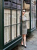 女人穿著,灰色的,連衣裙,太陽鏡,站,之間的,商店,窗台,皇家街,新奧爾良,路易斯安那