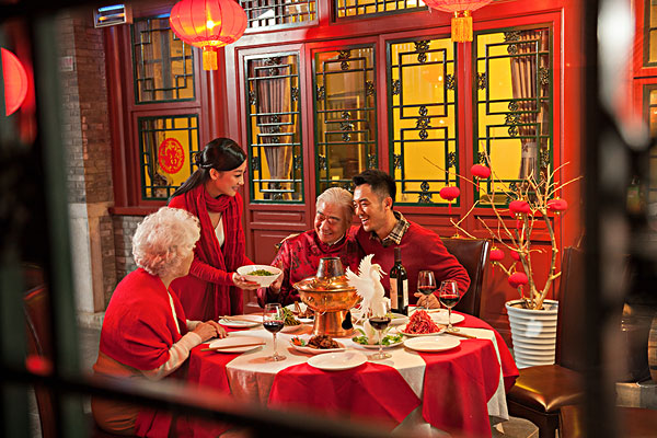 东方家庭过年吃团圆饭