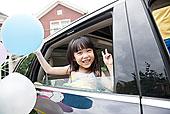 快乐的小女孩坐在车里