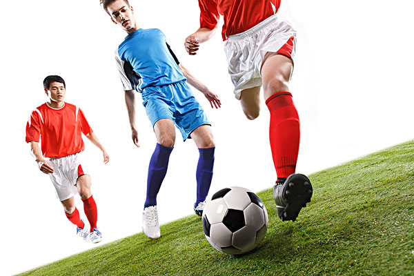 足球运动员踢球