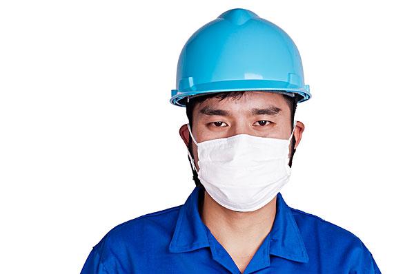 带口罩的男工人