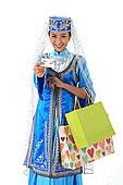 中国少数民族回族女人购物