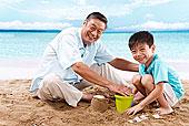 东方人海滩休闲生活