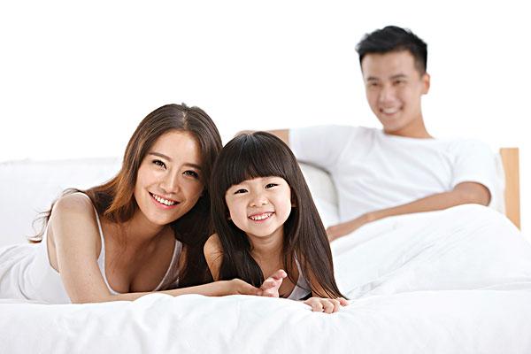 幸福的一家三口在床上