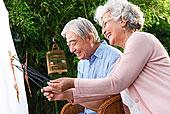 老年夫妇正在表演皮影戏