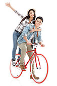 青年情侣骑自行车旅行