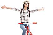 青年女人骑着自行车旅行