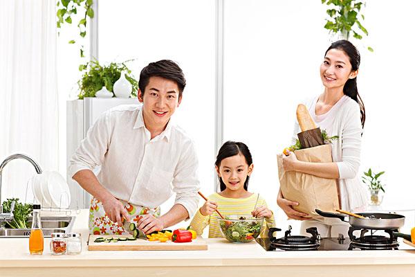幸福的一家三口在厨房