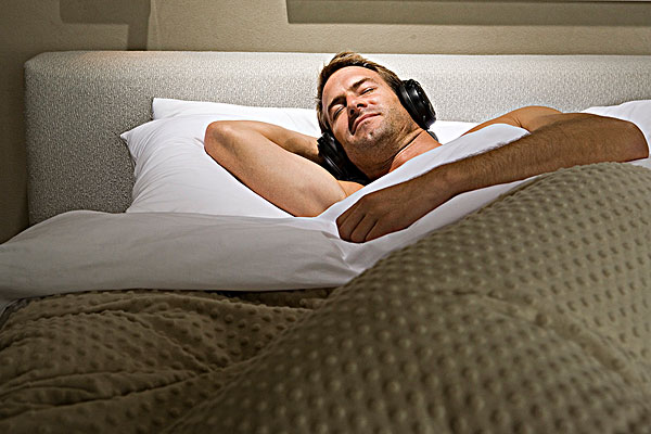 睡觉,床,耳机-全景图片-读图时代