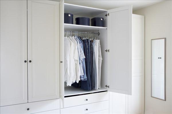 开放更衣室的衣柜里 入墙式衣柜