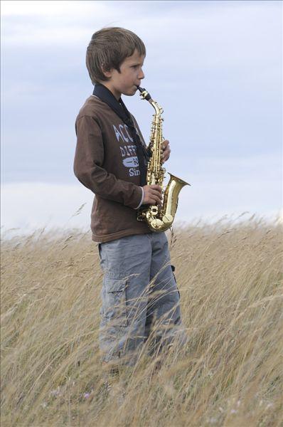 男孩在现场演奏萨克斯管