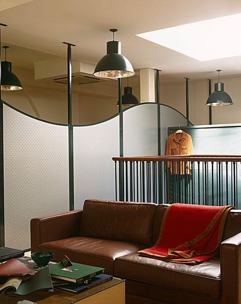 客厅餐厅栏杆隔断效果图片-餐厅抬阶而上,与客厅之间用柱子和围栏
