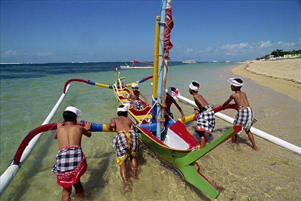 男人,舷外支架,渔船,沙努尔,海滩,岛屿,巴厘岛,印度尼西亚,东南亚