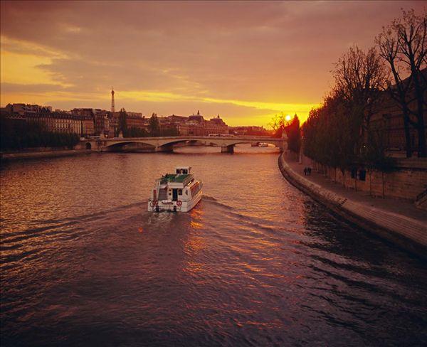我喜欢分 享 标题: 埃菲尔铁塔 标签: 塞纳河,埃菲尔铁塔,远景,巴黎