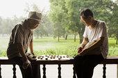 两个男人,坐,户外,玩,棋类游戏