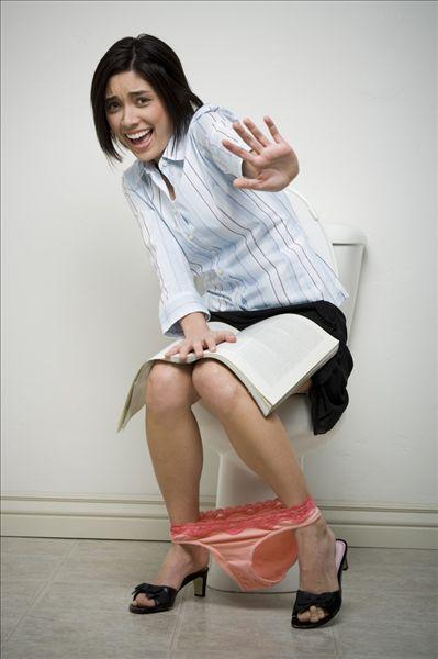 女孩子上厕所图片