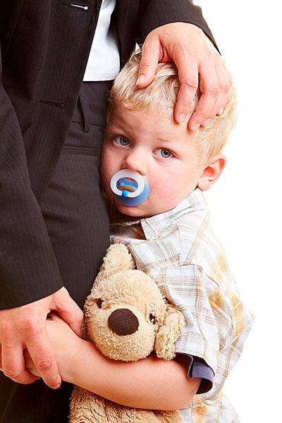 >安抚奶嘴  可悲的婴儿拥抱他的母亲
