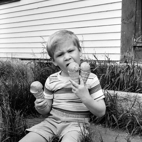 男生吃冰激凌头像
