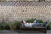 板凳上休息的年轻人