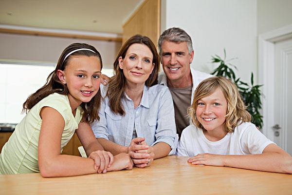 一家人坐在桌子图片 -家庭,坐,桌子