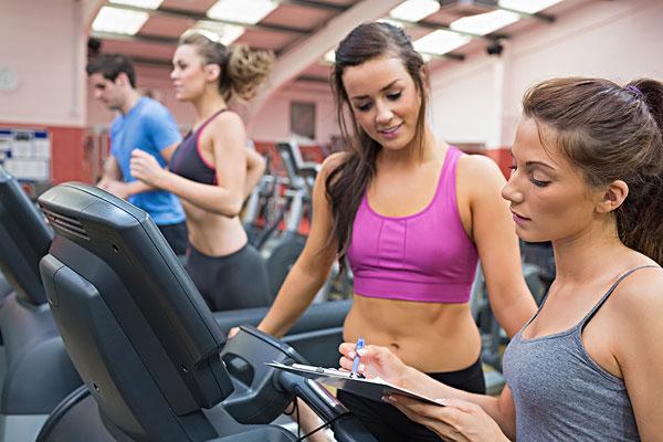 女健身教练和女人