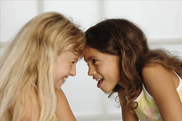 两个女孩,面对面,微笑,侧面