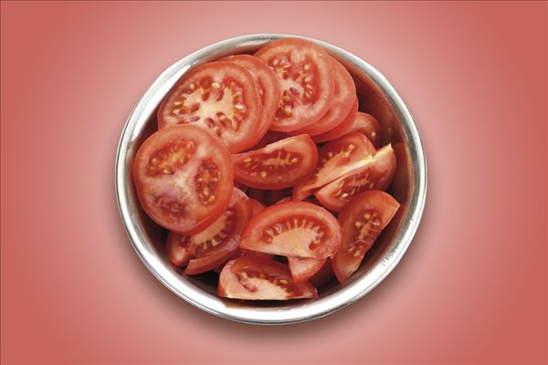 图片标题:番茄片,碗,俯视图; 人物图片_有人图片素材_人物数量图片