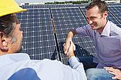德国,慕尼黑,男人,握手,工程师,太阳能,植物,微笑