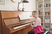 钢琴女孩唯美图片