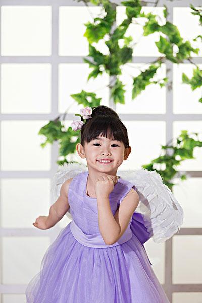 可爱的穿礼服的小女孩
