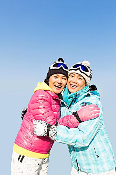 两个快乐的老年人冬季游玩图片