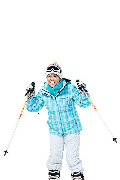 快乐的老年人冬季滑雪