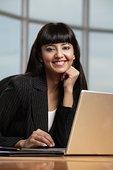 印度女人,微笑,工作,笔记本电脑