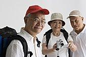肖像,成年,女人,拿着,家用摄像机,微笑,两个,老人