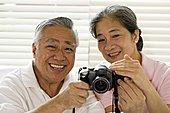 老年,夫妻,看,摄像机,微笑