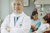 老人,亚洲女性,牙医,协助,病人,背景