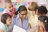 多种族,孩子,听,教师,读,书本