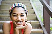 微笑,印度女人,坐,楼梯