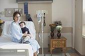 西班牙裔,母亲,病床,搂抱,儿子