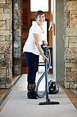 老人,西班牙裔女性,真空吸尘,地毯