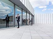 商务人士,交谈,手机,户外,建筑